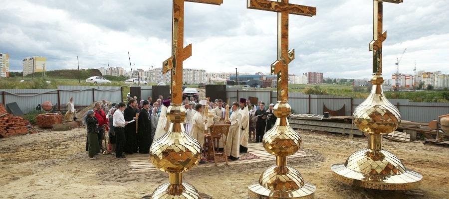 Митрополит Лонгин освятил кресты и купола храма